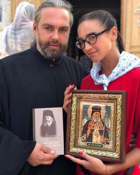 Вчера попу показывала, а сегодня грехи замаливает: Бузова встала на путь истинный и проводит время со священниками