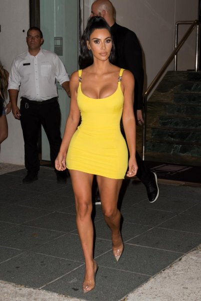 Ярко-желтое платье Ким Кардашьян восхитило поклонников в Майами