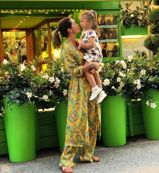 «50 оттенков зеленого»: Бородина с дочерью вышли на улицы города в пижамах