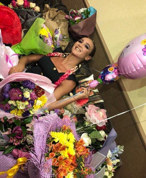 «Тонущий в цветах бузеныш»: Фанаты поиздевались над измученной концертами Бузовой