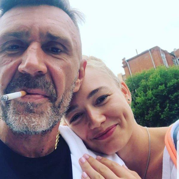 Все было решено: Акиньшина «подкатывала» к Шнурову за две недели до признания о своем разводе