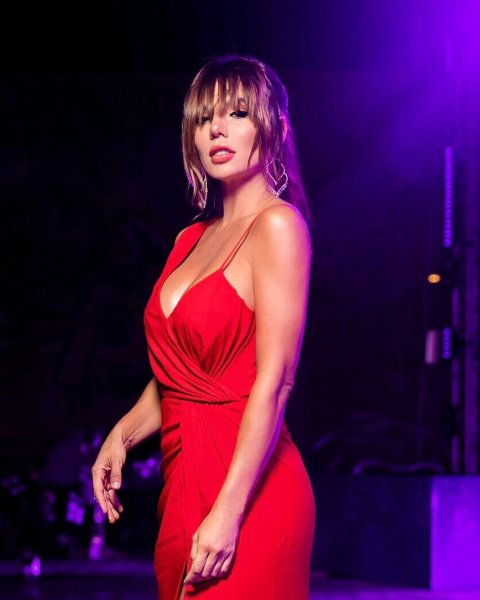 Анна Седокова большим бюстом соблазнила итальянского певца Рамазотти