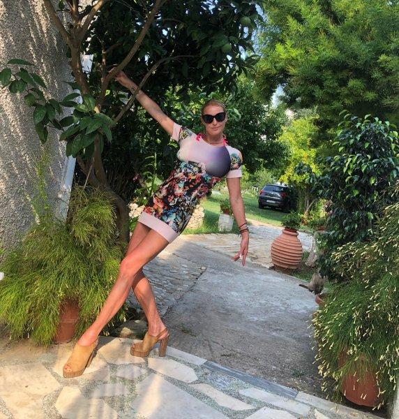 «В центр реабилитации тебе дорога»: Подписчики уличили Волочкову в «уединенном» пьянстве на Корфу