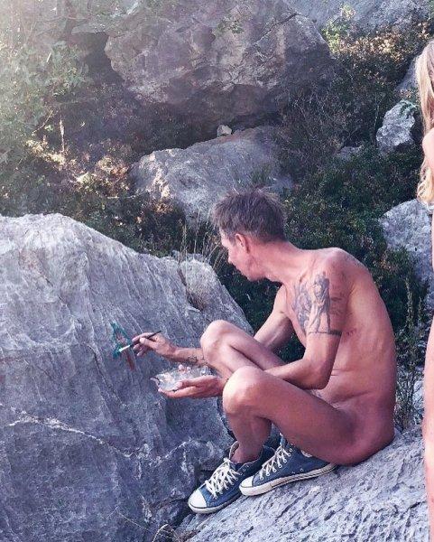 «Дитя природы»: Голый Панин в образе первобытного человека освоил наскальную живопись