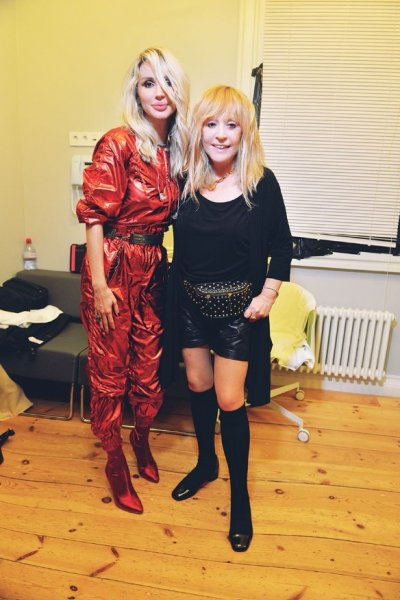 Сексуальная Пугачева в кожаных шортах поддержала Лободу на концерте