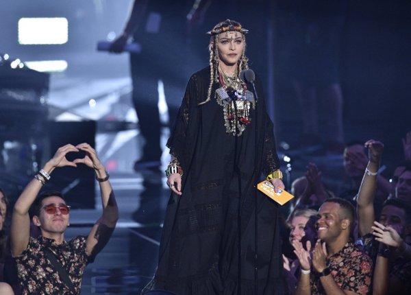 Безвкусица и обнаженка: Звезды на MTV Video Music Awards 2018 шокировали своими нарядами