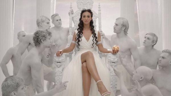 На «УАЗике» в новую жизнь: Бузова похвастается вульгарным свадебным кортежем в центре Ульяновска