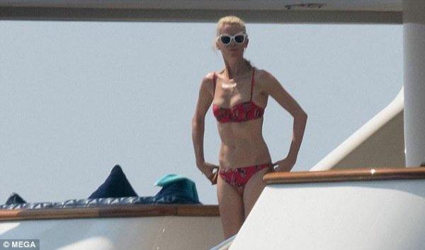 47-летняя Клаудия Шиффер показала красивую фигуру в красном бикини