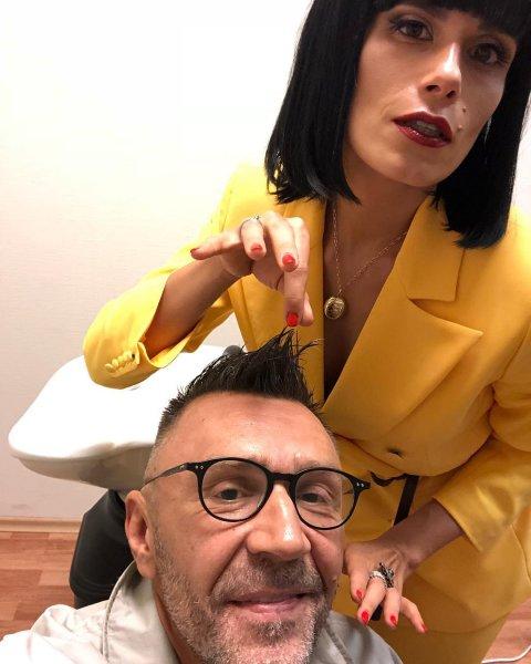 «Что за транс позади Шнура»: Сергей Шнуров эпатировал общественность снимком с известной блогершей