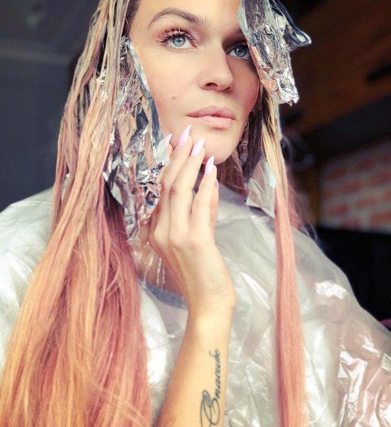 Алёна Водонаева с розовыми волосами и неоновыми ресницами «взорвала» Instagram