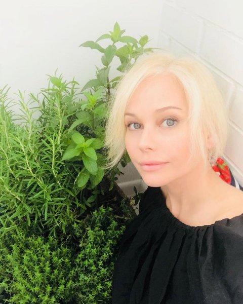 «28 лет максимум»: 46-летняя Елена Корикова продолжает восхищать фанатов молодостью