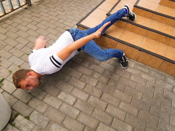 Участники «Дом-2» упали лицом на пол для челленджа