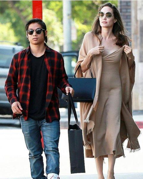 У Анджелины Джоли на прогулке с сыном едва не «выпала» грудь