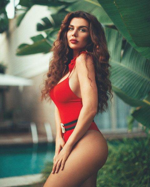 «Богиня» Анна Седокова восхитила поклонников фото в красном купальнике