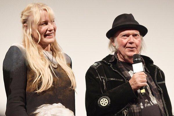 Замуж в 57 лет: Звезда «Убить Билла» Дэрил Ханна и Нил Янг поженились