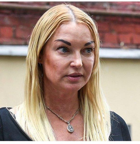 «Бровь отклеилась»: Анастасию Волочкову высмеяли фанаты за накладные брови