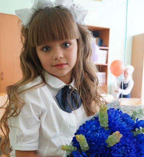 Самая красивая девочка в мире пошла в российскую школу