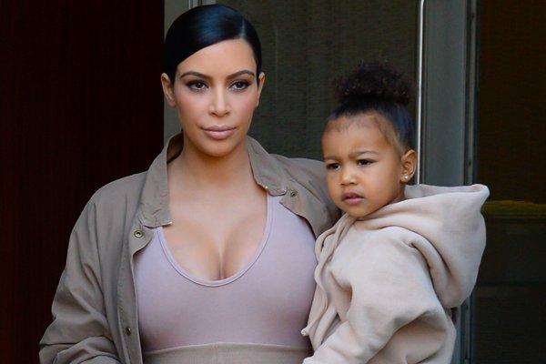 Снимки 5-летней дочери в бикини стали поводом для критики Ким Кардашьян