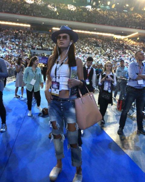«Старушка все молодится»: 49-летнюю Эвелину Бледанс высмеяли фанаты за молодежный наряд