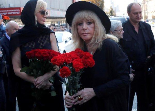 «Лицо опухло, морщины проявились»: Пугачева постарела лет на 10 из-за смерти Кобзона