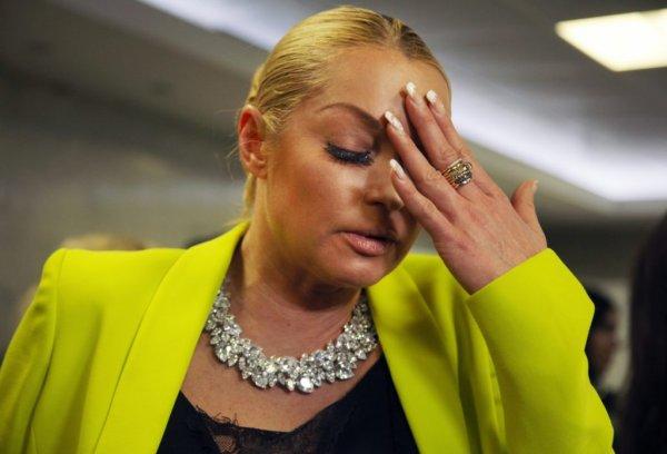 «Разрез до трусов»: Анастасия Волочкова отвела дочь в школу в пошлом наряде – фанаты