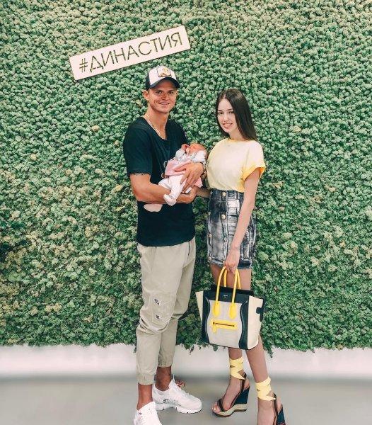 «Мы не суеверные»: Костенко и Тарасов показали лицо новорожденной Миланы
