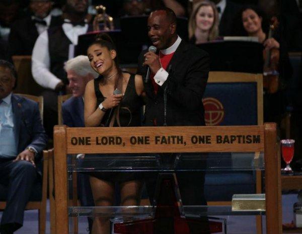 «Не удержался»: Похотливый священник пощупал грудь певицы Арианы Гранде  на похоронах Королевы соула