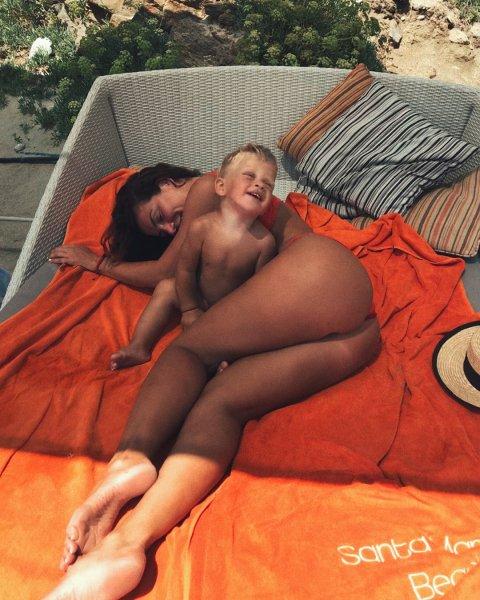 «Вывалила голый зад перед сыном»: Развратные фото Седоковой возмутили ее поклонников
