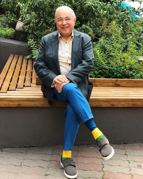 Петросян удивил поклонников «клоунским стилем» и желтыми носками