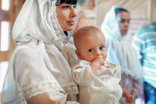Нелли Ермолаева крестила ребенка и впервые показала его лицо