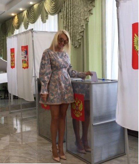«Совсем совесть потеряла!»: Яна Рудковская явилась на выборы в мини-платье – фанаты