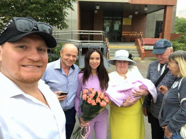 Супруга Сергея Сафронова поразила стройной фигурой через неделю после родов