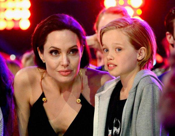 Не может находиться с матерью: 12-летняя дочь Джоли и Питта постоянно сбегает к отцу