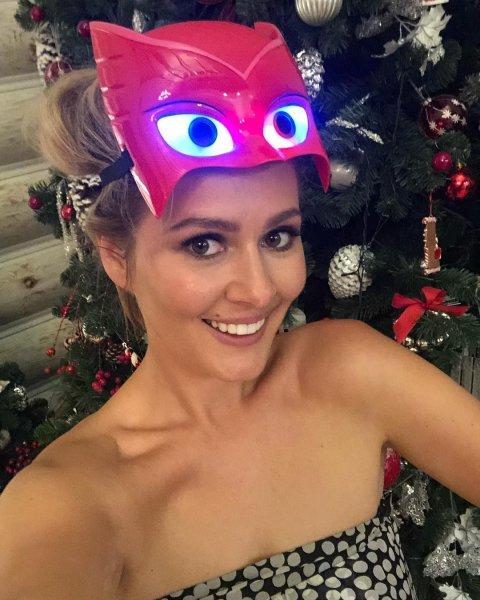 Кожевникова удивила новым фото на фоне новогодней ёлки