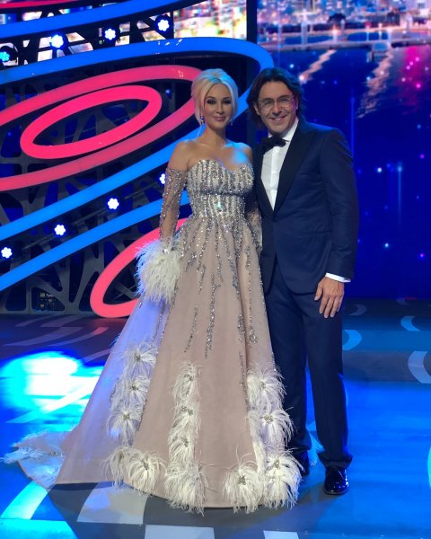 Эксперт раскритиковал Кудрявцеву в платье с пыльными перьями и похвалил Варум за хороший вкус