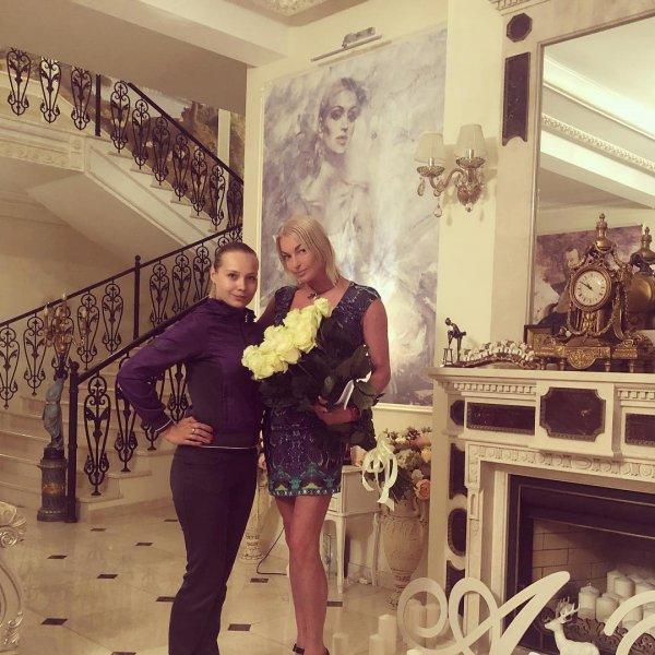 «Волосня отвалилась?»: Внезапно «полысевшую» Анастасию Волочкову высмеяли фанаты