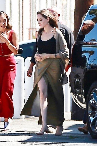 «Вернула сексуальность»: Анджелина Джоли в соблазнительном наряде посетила кинофестиваль - фанаты