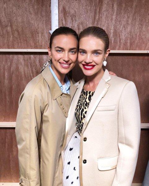 Ирина Шейк и Наталья Водянова перестали скрывать свою дружбу на показе Burberry в Лондоне