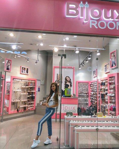 В семейном бизнесе сестре Ольги Бузовой отведена роль продавщицы в бутике