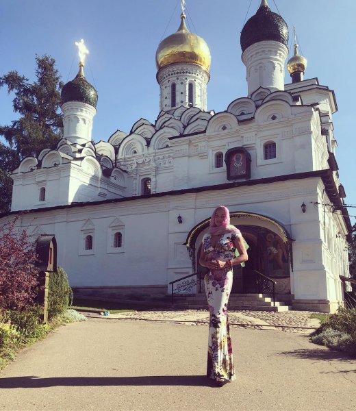 «Пазухой наружу»: греховодница Волочкова пришла в храм в откровенном наряде