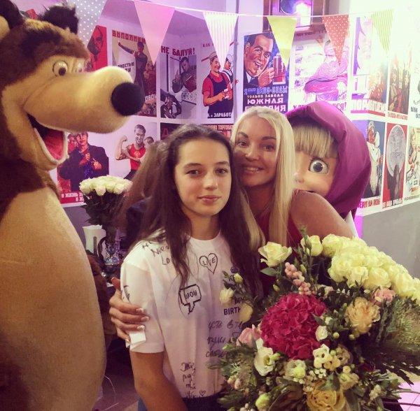 «Ещё бы в памперсы одела!»: Волочкова на праздник 13-летней дочери пригласила Машу и медведя - фанаты
