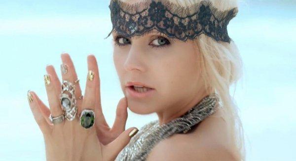 «А королева-то голая!»: Певица Натали показала боди-арт на обнаженной груди
