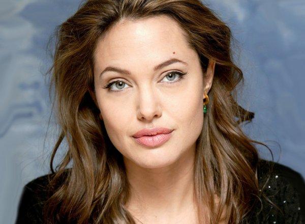 Джоли в фартуке переживает из-за потери детей