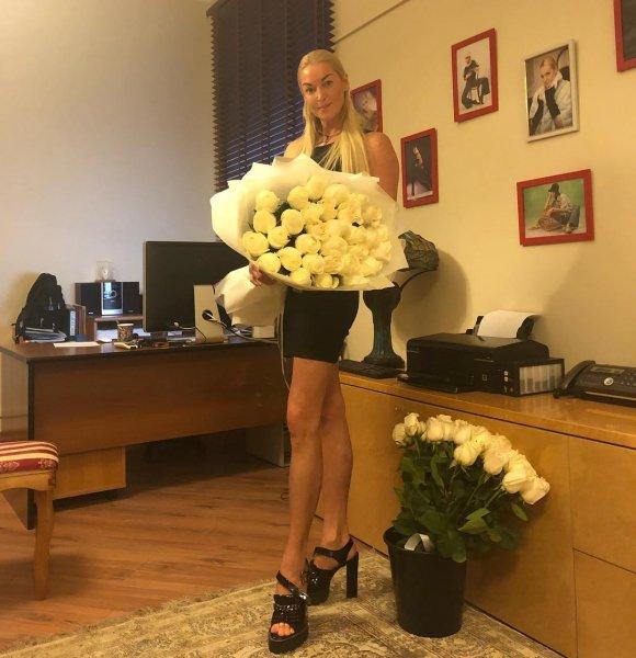 Волочкова соблазняет спонсоров прямо в своём офисе