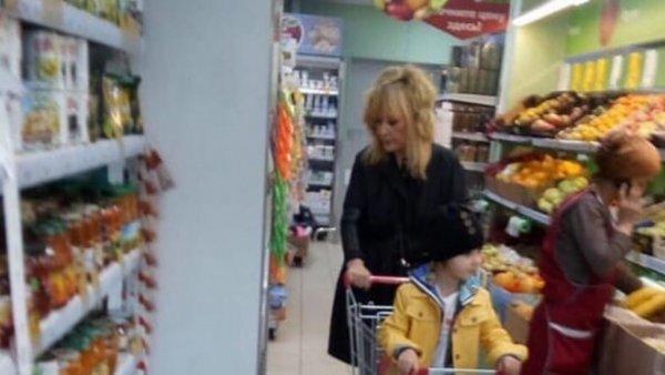 Ближе к народу: Страдающая Пугачева вместе с Гарри приходит в себя в супермаркете «для смертных»