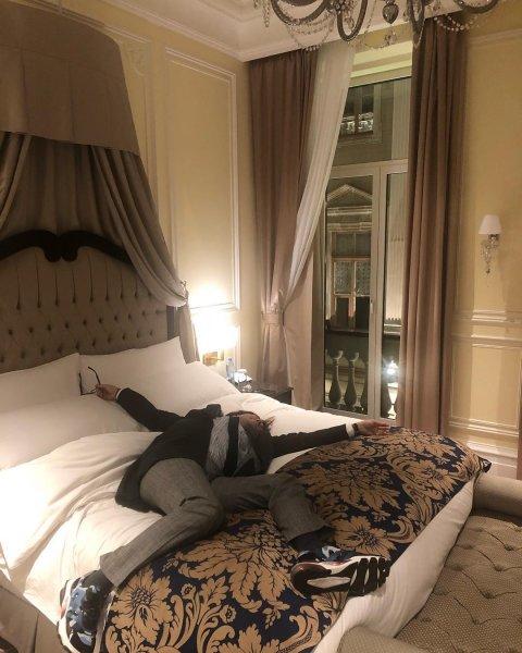 Измученного Малахова «расплющило» на кровати в Петербурге