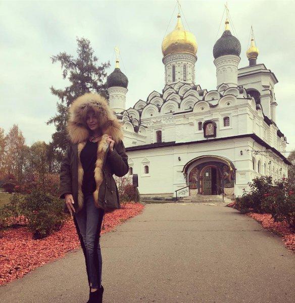 «Бог накажет!»: Фанаты проклинают Волочкову за рекламу на фоне храма
