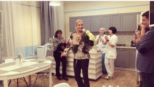 «Сбагрила отца и радуется»: Волочкова устроила танцы в доме престарелых