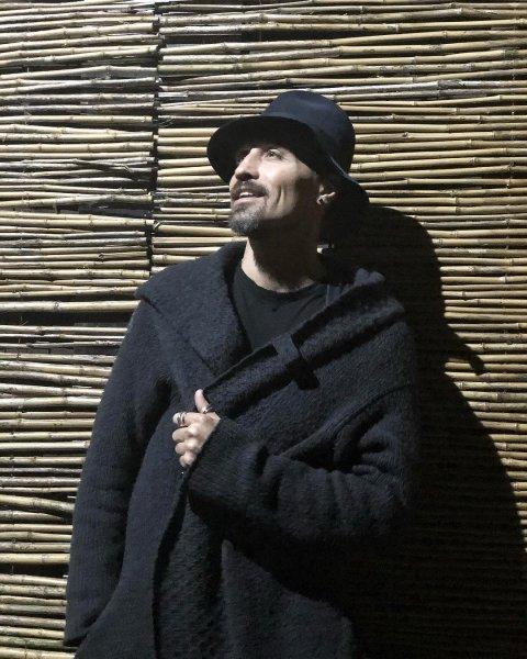 «А я в трендовых тапках полола картошку»: Подписчики восхищаются смелостью Димы Билана
