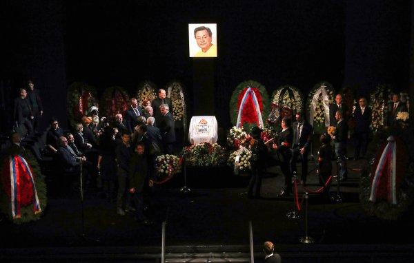 В «Ленкоме» проводят церемонию прощания с Николаем Караченцовым